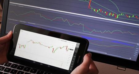 pantallas con graficos de par estilos de trading